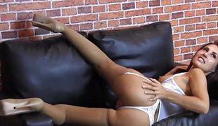 brunette babe store pupper lingerie strømper fingring fitte erting