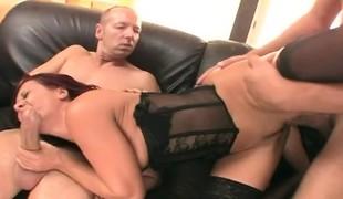 brunette anal hardcore dobbel penetrasjon gangbang store pupper blowjob lingerie strømper stor kuk