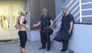 Lucky repairmen want to ravish a blonde's amazing hot body