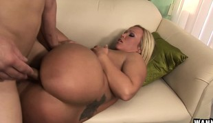 Bodacious blonde stepmom Austin Taylor feeds her hunger for young meat