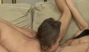brunette blonde lesbisk blowjob små pupper cunnilingus