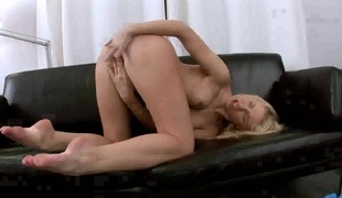 Catia is too lustful to stop dildoing her wet spot