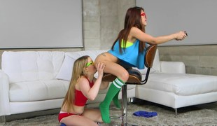 Vannessa Phoenix lezzes out with friend