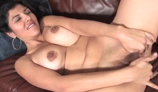 Fingers up in the sexy box of a milf snatch