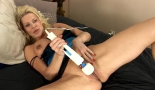 Hawt naked mamma and her toys get it on