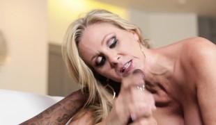 blonde milf blowjob lingerie sædsprut interracial