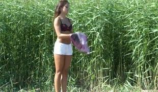 amatør tenåring naturlige pupper brunette utendørs onani fitte solo bikini